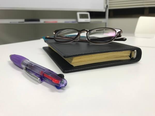 手帳とボールペンと眼鏡