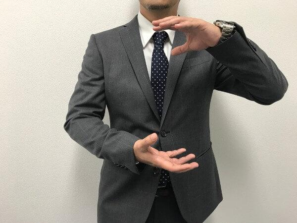 分析するビジネスマンイメージ
